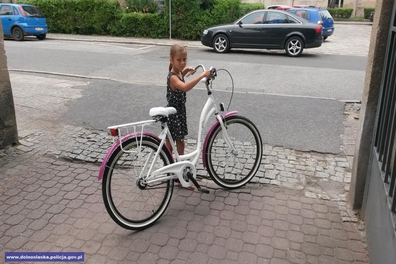 Wielka radość dziecka zodzyskanego skradzionego roweru