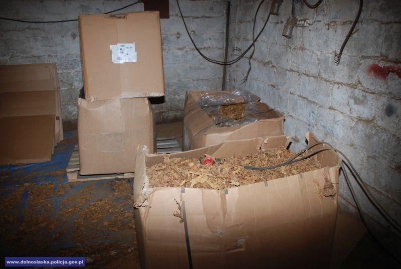 Zlikwidowana nielegalna linia produkcyjna wyrobów tytoniowych iprzechwycone 9 ton tytoniu