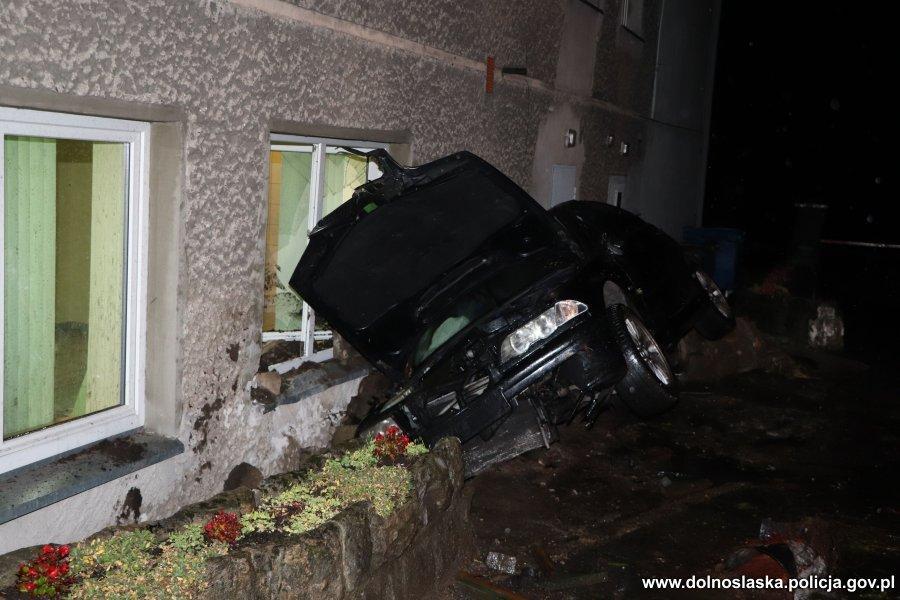 Pijany ibez prawa jazdy uderzył samochodem wbudynek