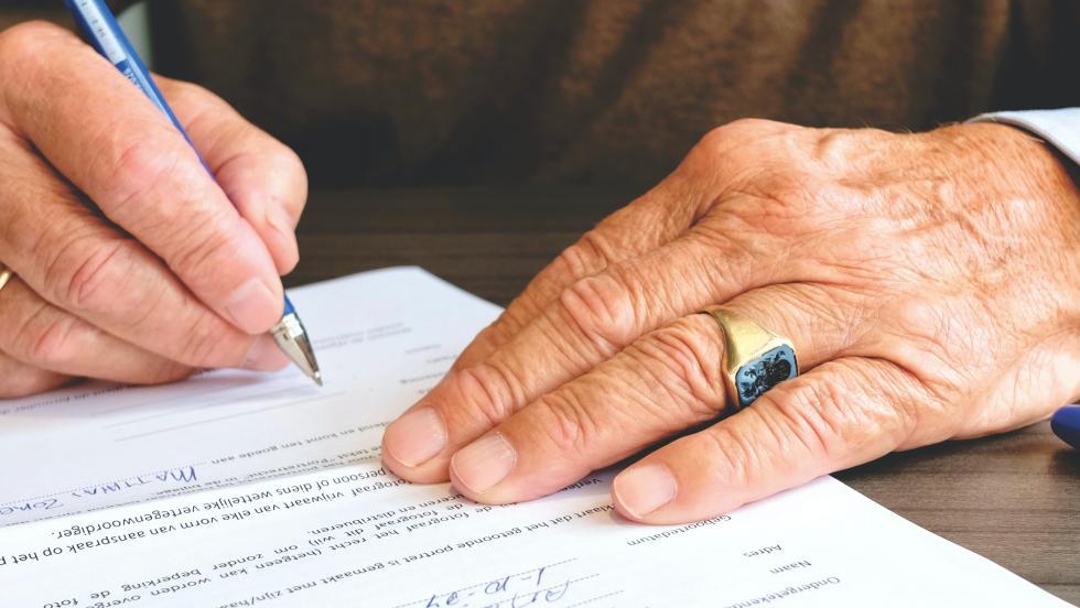ZUS domaga się zwrotu pobranych świadczeń bez prawomocnej decyzji oniepodleganiu ubezpieczeniom społecznym – co robić?